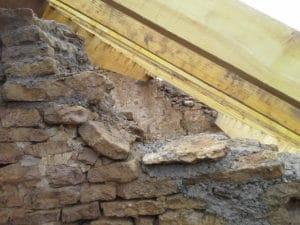 Opmetselen muren tot aan de sporen