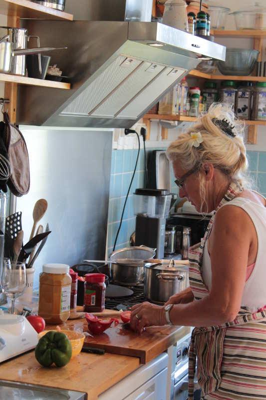 Jenny aan het werk in de keuken